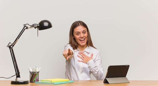 Joven estudiante mujer que trabaja en su escritorio sueña con lograr objetivos y propósitos