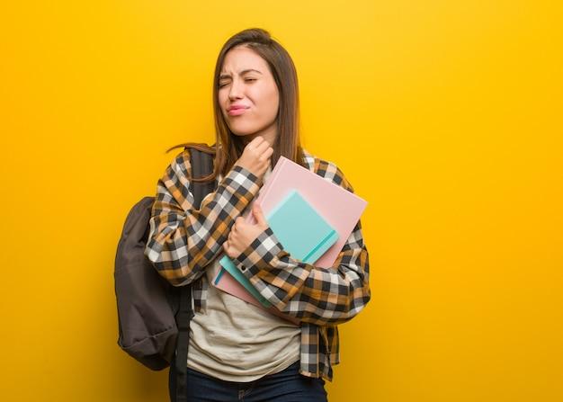 Joven estudiante mujer tosiendo, enferma debido a un virus o infección