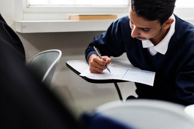 Joven estudiante musulmán en clase