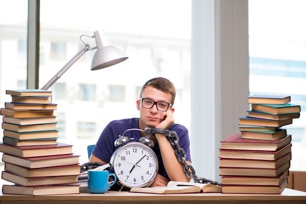 Joven estudiante preparándose para los exámenes escolares