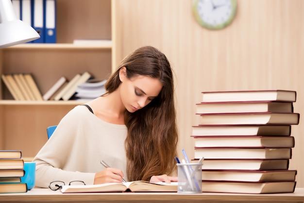 Joven estudiante preparándose para exámenes universitarios
