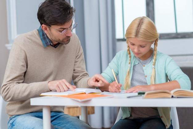 Joven estudiante y profesor aprendiendo