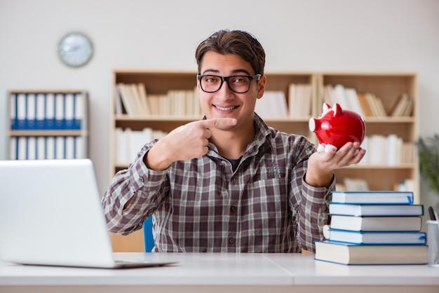 Joven estudiante rompiendo alcancía para comprar libros de texto