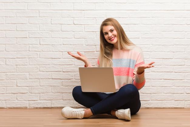 Joven estudiante rusa mujer sentada dudando y encogiéndose de hombros