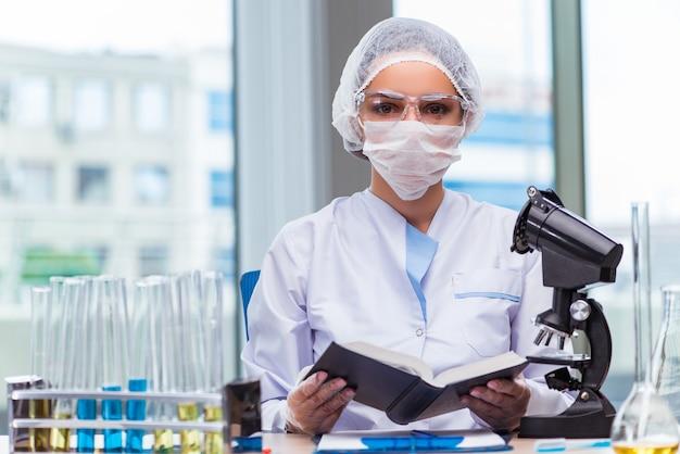 Joven estudiante trabajando con soluciones químicas en laboratorio.