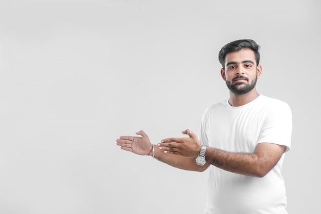 Joven estudiante universitario indio que muestra la dirección
