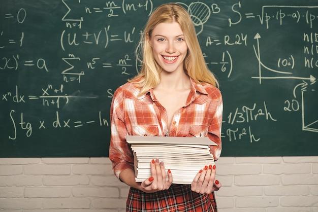 Joven estudiante universitario en la preparación de exámenes en la sala de estudio en busca de sensualidad. estudiante sexy. atrás