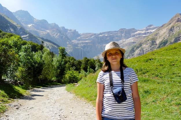 Joven excursionista y circo de gavarnie en los pirineos franceses