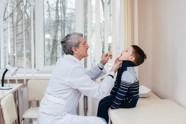 Un joven experimentado es escuchado y tratado por un médico experimentado en una clínica moderna. un virus y una epidemia.