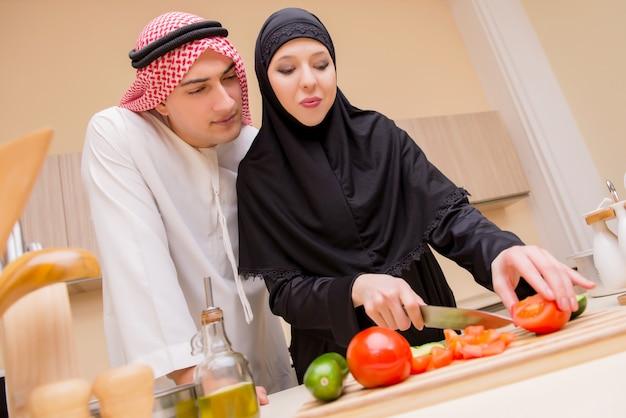 Joven familia árabe en la cocina