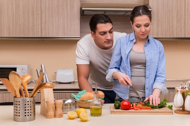 Joven familia en la cocina