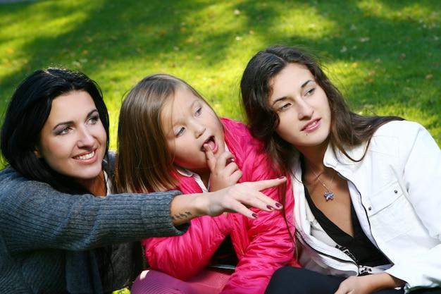 Joven familia dando un paseo saludable por el parque de otoño