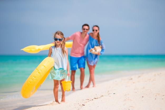 Joven familia disfruta de vacaciones en la playa