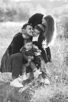 Joven familia con dos hijos juntos en el parque