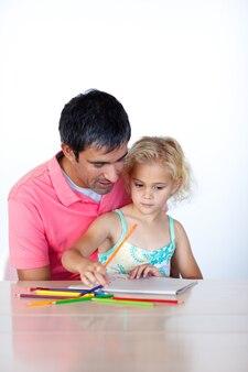 Joven familia escribiendo en copyspace