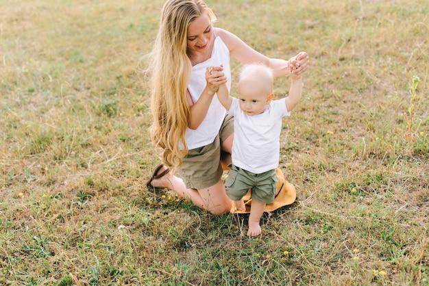 Una joven familia feliz en el campo divertirse