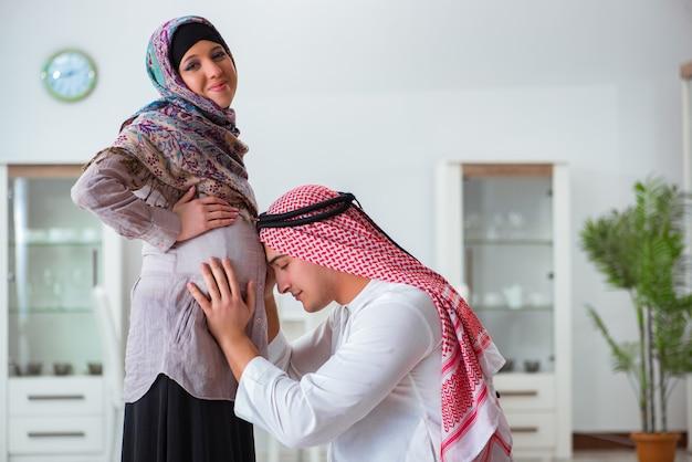 Joven familia musulmana árabe con esposa embarazada esperando bebé