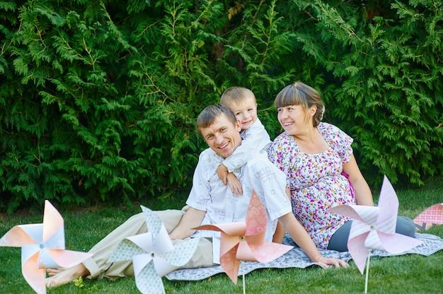 Joven familia en un picnic en el parque de verano