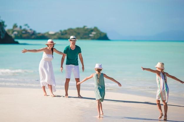 Joven familia de vacaciones divertirse mucho