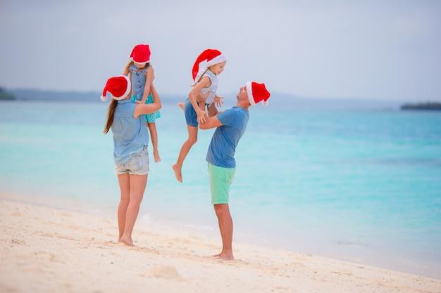 Joven familia de vacaciones divirtiéndose