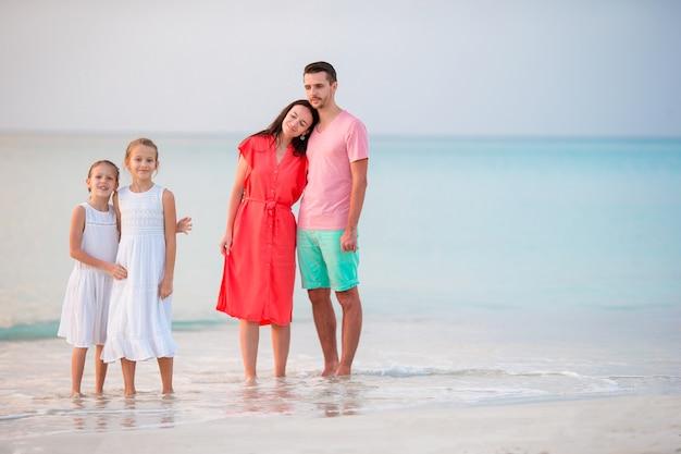 Joven familia en vacaciones en la playa