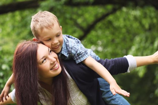 Joven y feliz madre con su hijo