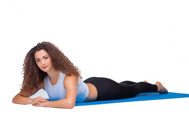 Joven en forma haciendo ejercicios de yoga.