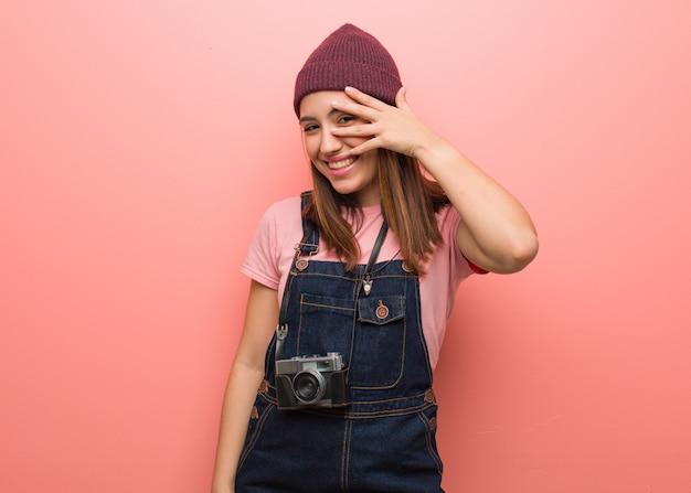 Joven fotógrafa linda mujer avergonzada y riendo al mismo tiempo