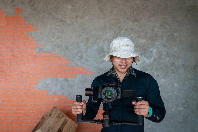Joven fotógrafo, usando la cámara en el video.