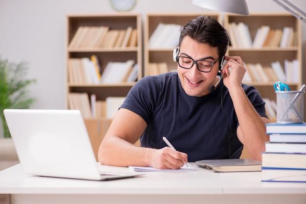 Joven freelance trabajó trabajando en computadora