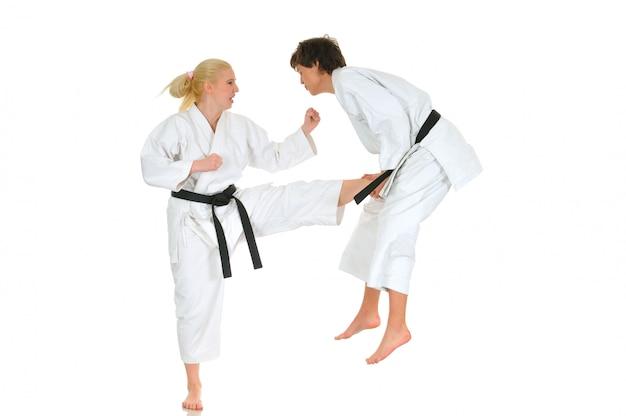 Joven fuerte chica de karate en un kimono
