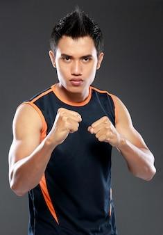 Joven fuerza hombre hombre listo para pelear