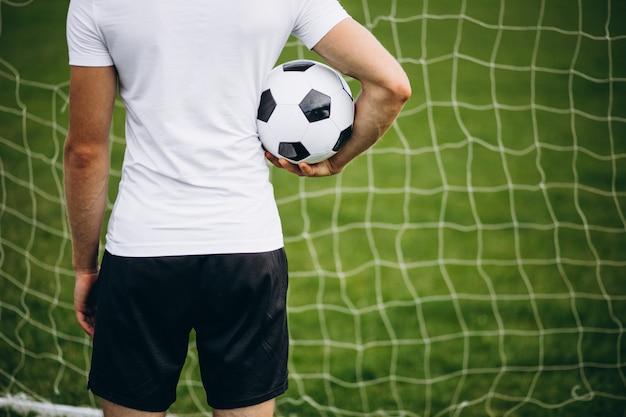 Joven futbolista en el campo de fútbol
