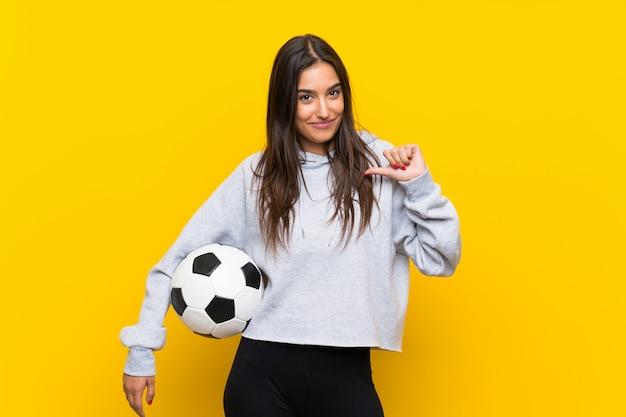 Joven futbolista mujer orgullosa y satisfecha de sí misma.