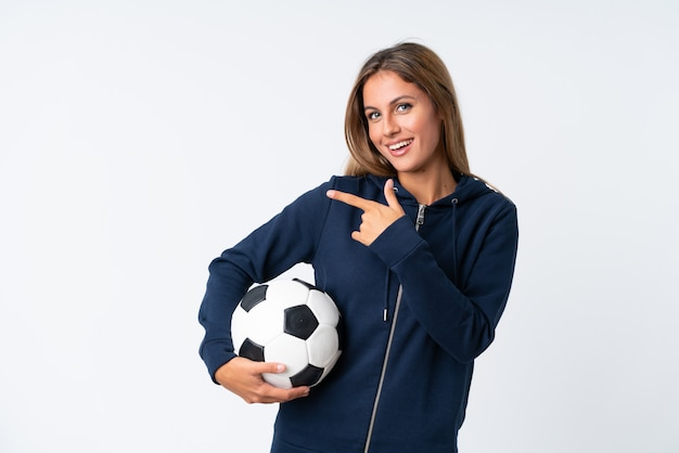 Joven futbolista mujer sobre pared blanca aislada