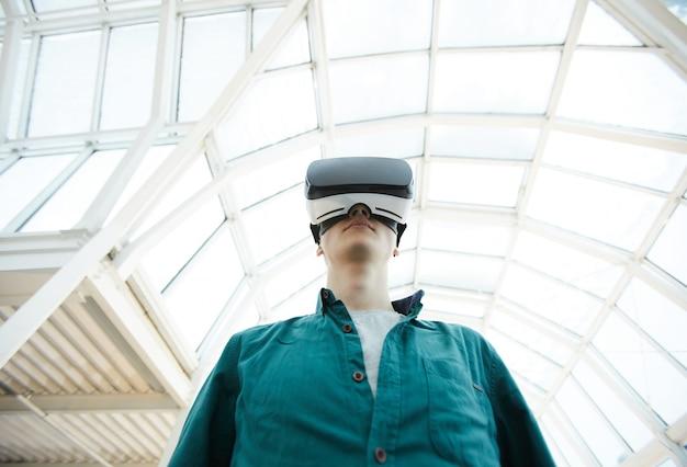 Joven futurista en realidad virtual