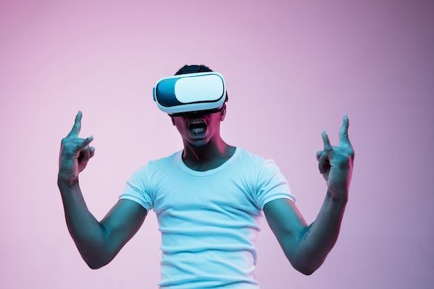 Joven con gafas de realidad virtual con luces de neón