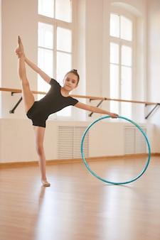 Joven gimnasta con aro