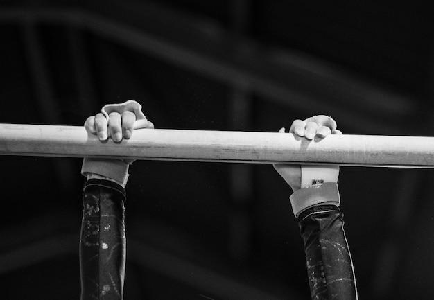 Joven gimnasta en una barra horizontal