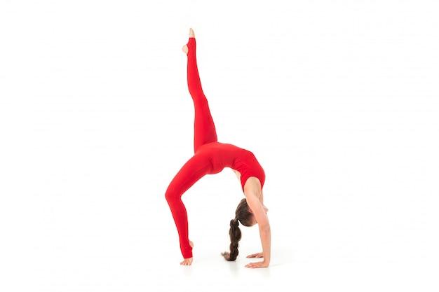 Joven gimnasta estiramiento y entrenamiento
