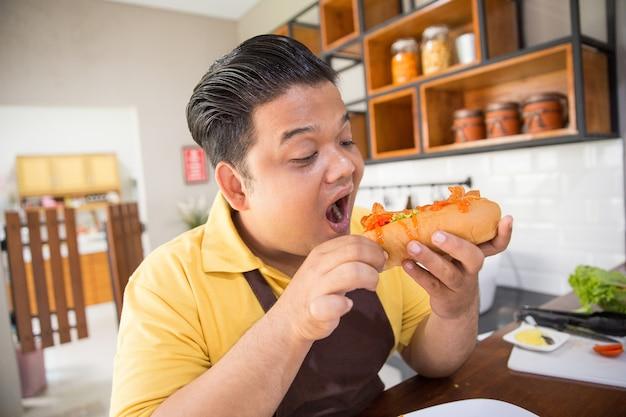Joven gordo comiendo