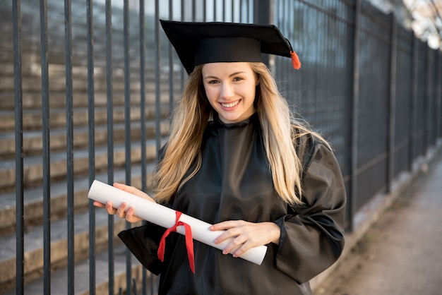 Joven graduada asistiendo a la ceremonia.