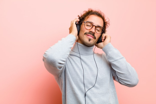 Joven guapo con auriculares