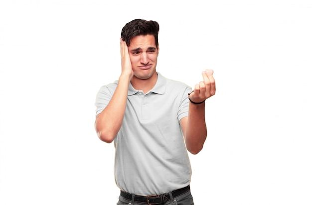 Joven guapo bronceado que parece triste y preocupado, absolutamente con las manos vacías, se rompió, en pura bancarrota