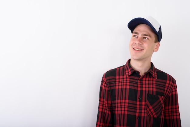 Joven guapo con gorra de béisbol y camisa a cuadros roja