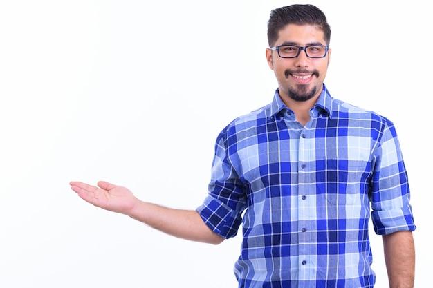 Joven guapo hipster iraní barbudo con anteojos aislado en blanco