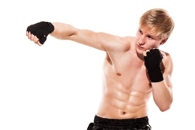 Joven guapo luchador en shorts