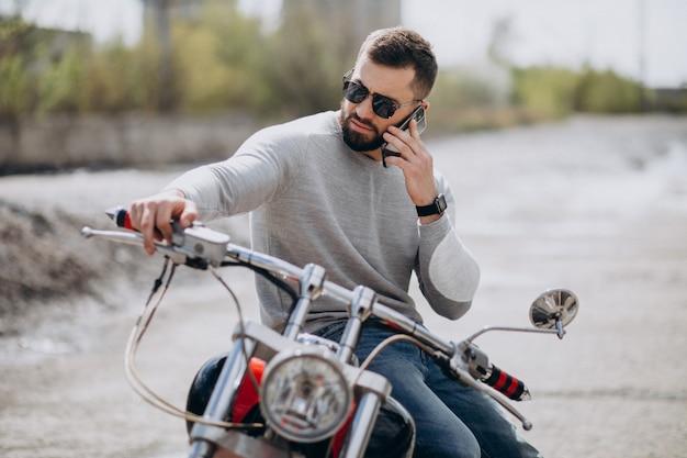 Joven guapo en moto viajando