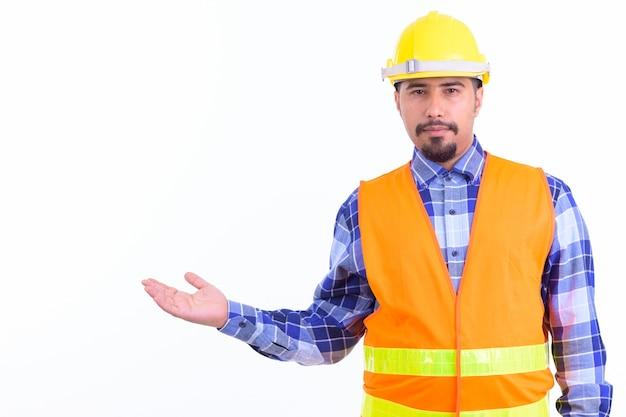 Joven guapo trabajador de la construcción iraní barbudo aislado en blanco