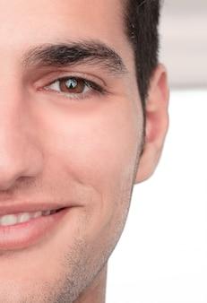 Joven guapo y feliz o sorprendido hombre cerca retrato